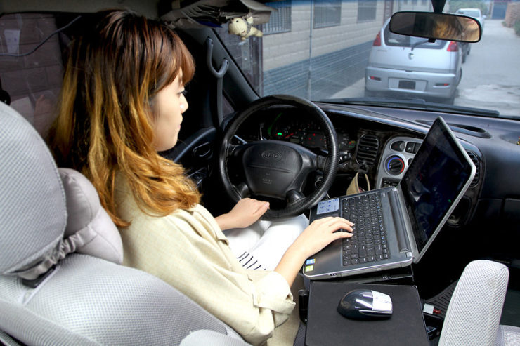 how to charge a laptop in a car